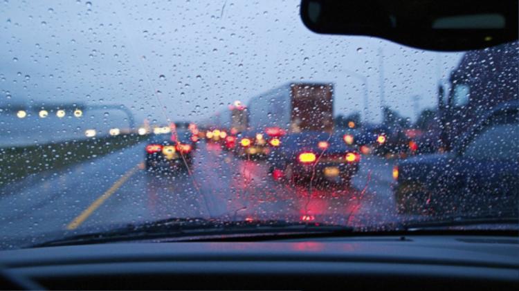 Nghị định 46/2016/NĐ-CP ngày 26/5/2016 của Chính phủ quy định từ 19 giờ hôm trước đến 5 giờ hôm sau hoặc trong điều kiện thời tiết hạn chế tầm nhìn, các phương tiện tham giao phải bật đèn, nếu không có thể bị phạt từ 80.000 đến 100.000 đồng đối với xe máy 600.000 đến 800.000 đồng đối với ô tô.