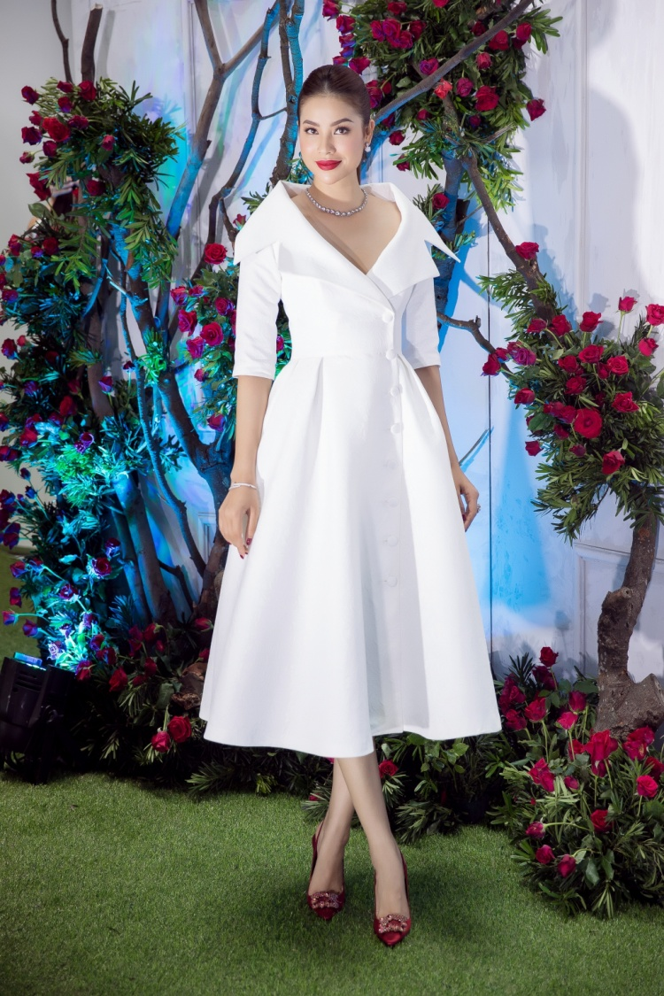 Chiều ngày 3/11, nhà thiết kế Lê Thanh Hoà tổ chức show cá nhân tại TP.HCM với sự góp mặt của dàn sao đình đám showbiz Việt. Khác với vẻ cá tính, nóng bỏng thường thấy, lần này, hoa hậu Phạm Hương chọn bộ đầm tông trắng cổ điển với phần cổ rộng quyến rũ.