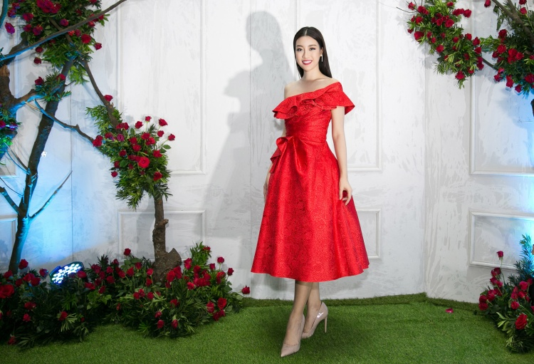 Trong khi đó, hoa hậu Đỗ Mỹ Linh vốn trung thành với những gam màu nhã nhặn bất ngờ xuất hiện với bộ đầm nữ tính gam màu đỏ bắt mắt. Diện thiết kế khoe vai trần duyên dáng, người đẹp Hà thành chọn tông trang điển sắc nét cùng mái tóc suông trẻ trung.
