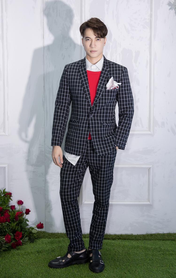 """Ca sĩ S.T lựa chọn bộ vest sọc kẻ. Sau nhiều năm ca hát, mới đây, anh lấn sân lĩnh vực điện ảnh khi tham gia phim """"Cô Ba Sài Gòn""""."""