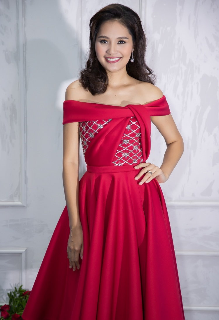 Hoa hậu Hương Giang cũng gắn liền với Lê Thanh Hoà nhiều năm nay cũng không thể vắng bóng trong ngày anh trình làng bộ sưu tập mới. Hoa hậu sinh năm 1987 vẫn giữ được vẻ rạng ngời dù đã là bà mẹ hai con.