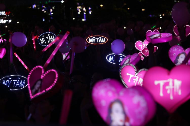 Hàng chục ngàn khán giả đã tập trung xung quanh sân khấu Phố đi bộ Nguyễn Huệ để thưởng thức trọn vẹn những tiết mục đầy cảm xúc của Mỹ Tâm.