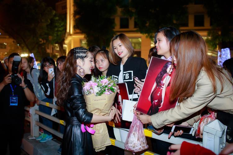 Nữ ca sĩ thân thiện giao lưu cùng đông đảo người hâm mộ.