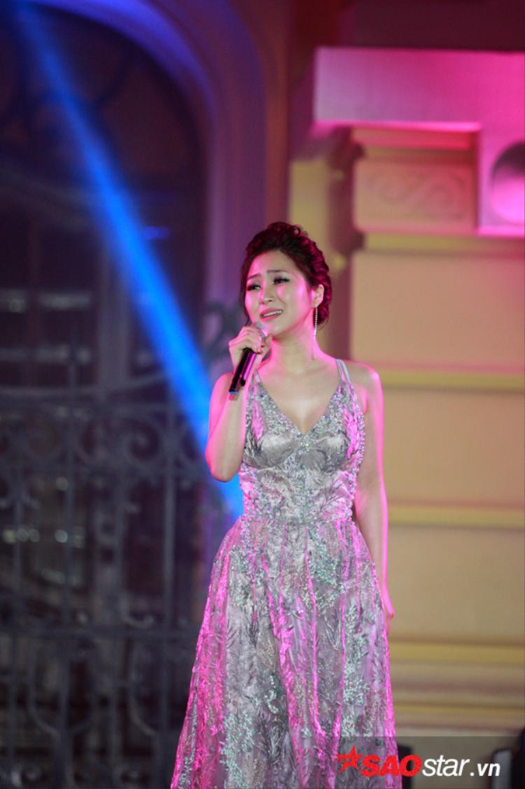 Không chỉ hát nhạc Việt, Hương Tràm còn thể hiện ca khúc nhạc phim Vì sao đưa anh tới bằng tiếng Hàn.