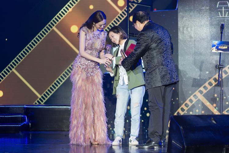 Khánh My đã lên sân khấu trao giải cùng diễn viên gạo cội cho biên kich và đạo diễn của hai bộ phim ngắn tham gia trong chương trình.