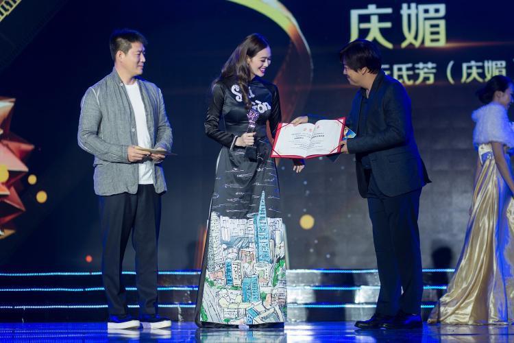 Người đẹp cũng được đề cử giải Nữ diễn viên xuất sắc trongChina-Asean International Micro Film Festival với phim Tình xuyên biên giới và bất ngờ đoạt giải.