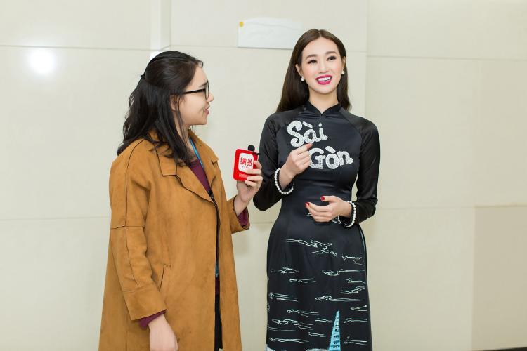 Người đẹp chọn áo dài của NTK Minh Châu với chữ Sài Gòn trên ngực áo để lên nhận giải.