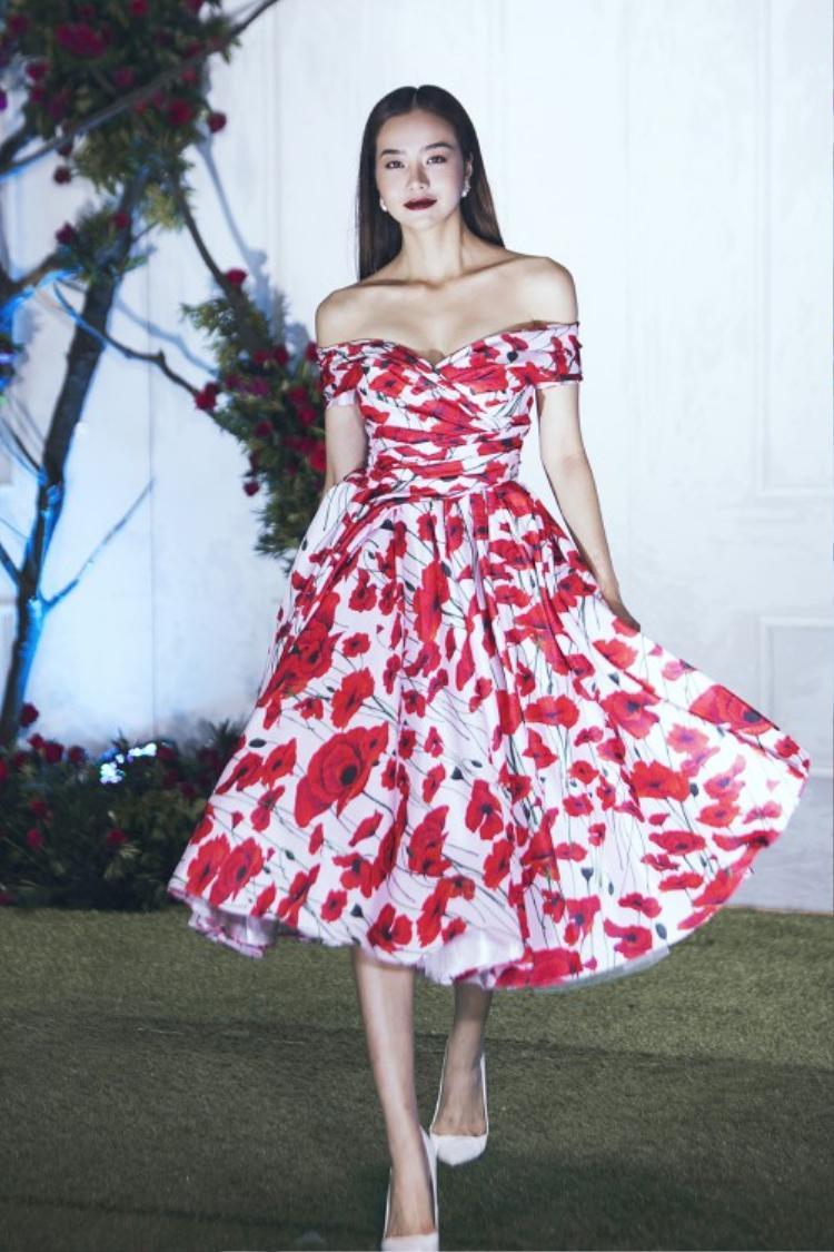 Những mẫu thiết kế với gam màu đỏ chủ đạo cùng họa tiết in hoa anh túc chính là ý tưởng chính của BST mới nhất của NTK Lê Thanh Hòa.
