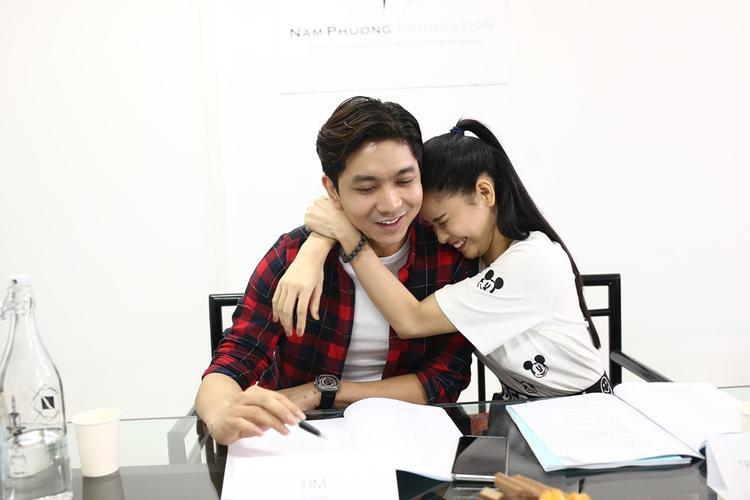 Đem tình cảm ngoài đời vào màn ảnh, Gạo nếp gạo tẻ được ghi hình từ cuối năm 2016 và bắt đầu khởi chiếu hồi tháng 2/2017, một trong những khoảng thời gian êm đềm hạnh phúc nhất của cặp đôi Tim - Trương Quỳnh Anh.