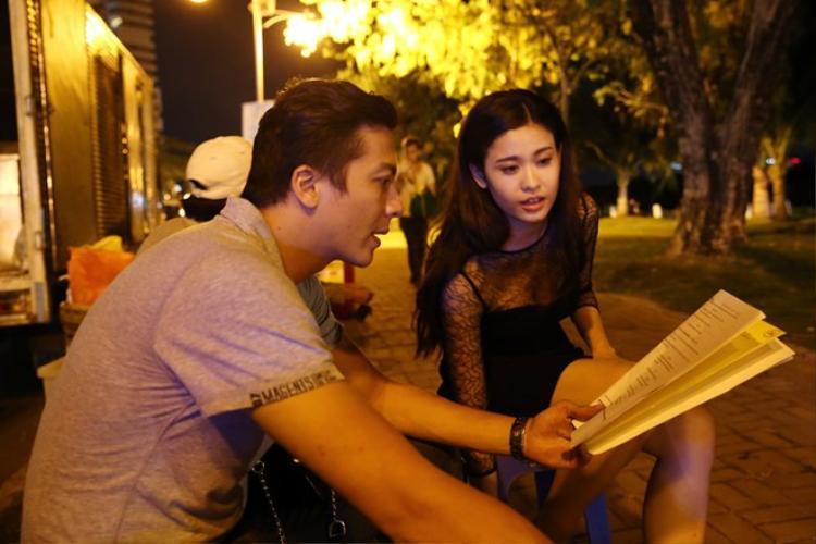 Dương Hoàng Anh cùng Quỳnh Anh đọc kịch bản trong hậu trường phim Săn vàng.