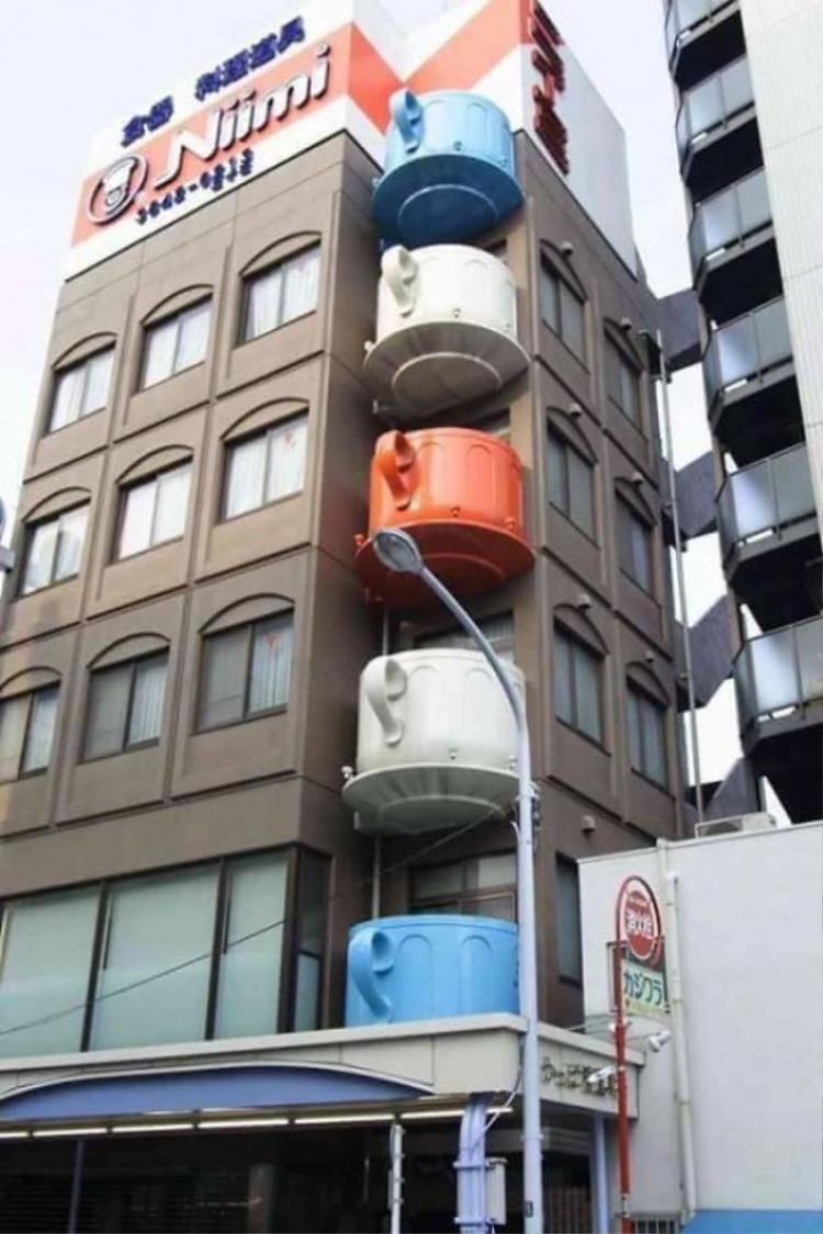 Một tòa nhà với những chiếc ban công hình tách trà.