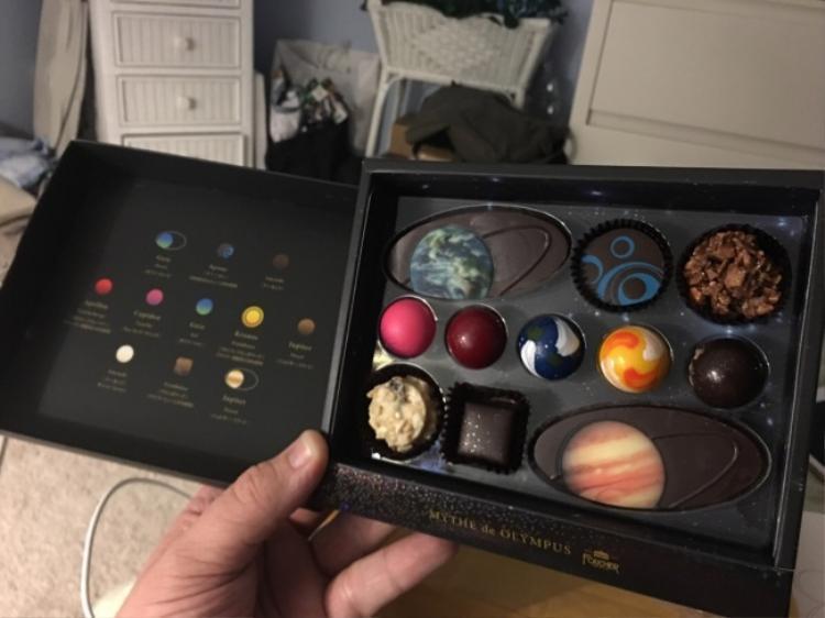 Những người có niềm đam mê về thiên văn học ắt hẳn sẽ cảm thấy tiếc khi ăn hộp socola này.
