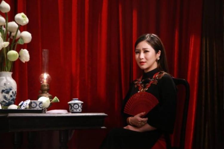 Hương Tràm xuất hiện thướt tha và dịu dàng bên tà áo dài truyền thống.