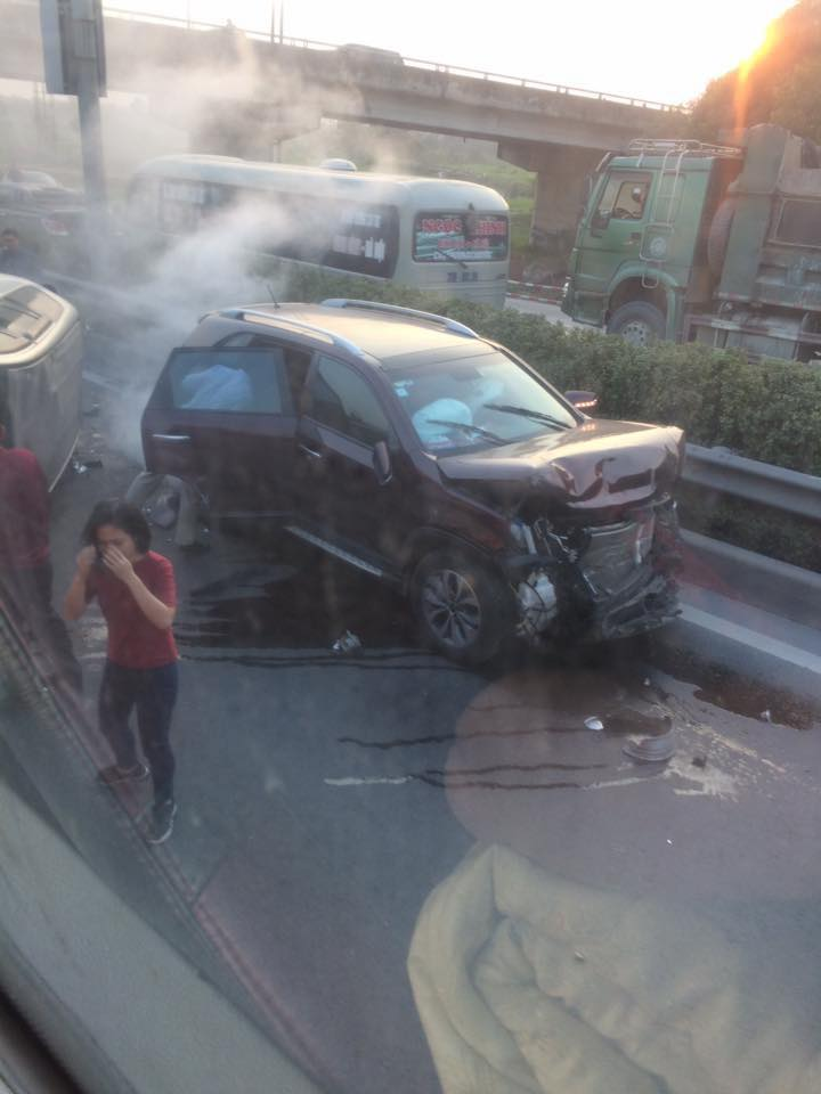 Chiếc xe còn lại hư hỏng nặng phần đầu. Ảnh Otofun