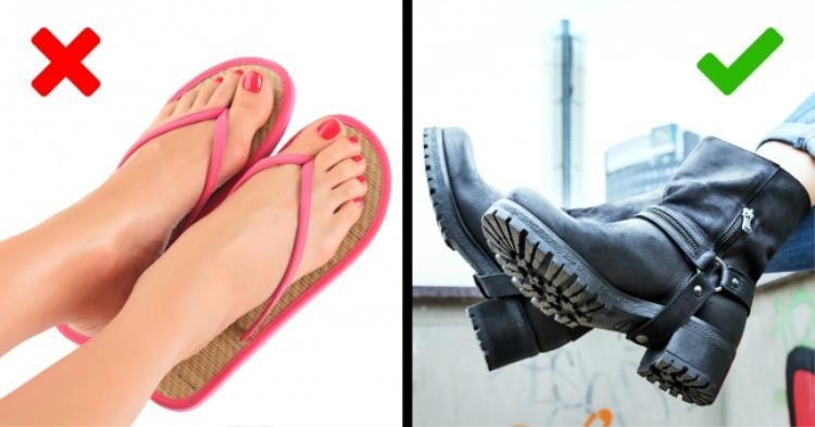 13. Một đôi giày chắc chắn sẽ là lựa chọn tốt cho bạn: Hãy mang một đôi giày chắc chắn với phần đế cứng cáp. Vì trong trường hợp di tản khẩn cấp, bạn có thể sẽ phải đặt chân xuống một nơi với đầy đá dăm hay bụi cỏ chẳng hạn. Lúc đó thì dép tông hoặc đi chân đất sẽ chẳng thoải mái lắm đâu nhỉ.