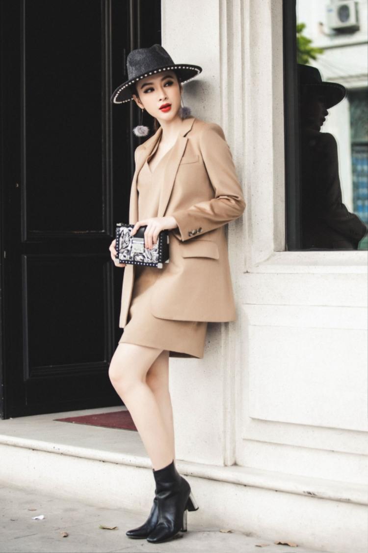 Angela Phương Trinh mix phụ kiện màu tối với trang phục có tông sáng là ý tưởng khá thú vị.