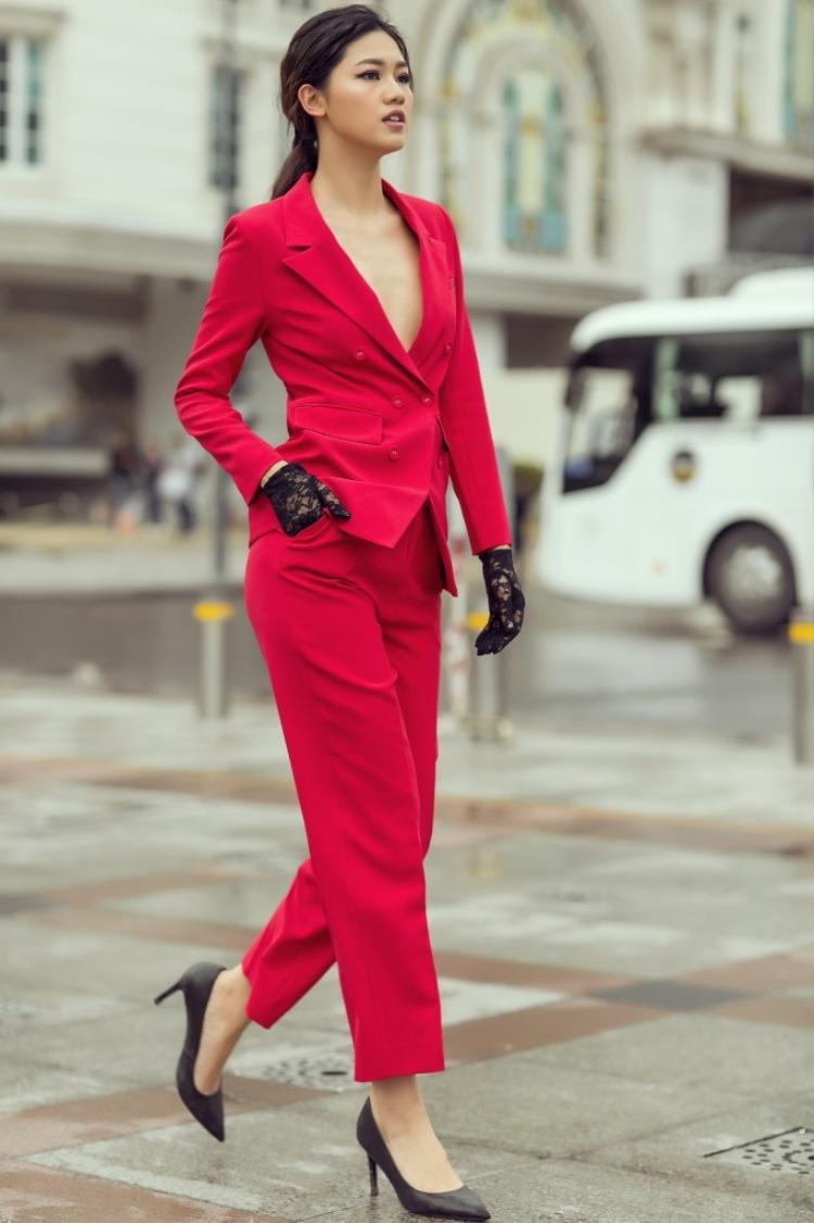 Với bộ vest vừa vặn với cơ thể, á hậu Thanh Tú khéo léo lựa chọn chất liệu mềm mại cùng đường xẻ sâu cân bằng giữa nét mạnh mẽ và nữ tính vốn có.