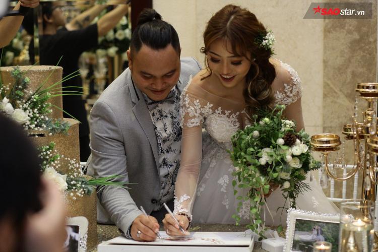 Cô dâu là ca sĩ trẻ Lương Minh Trang. Cả hai công khai yêu nhau từ năm 2016, thường xuyên chia sẻ những khoảnh khắc vui vẻ trên mạng xã hội.