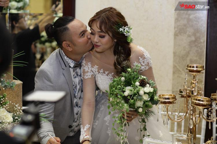 Chú rể tặng cô dâu nụ hôn ngọt ngào.