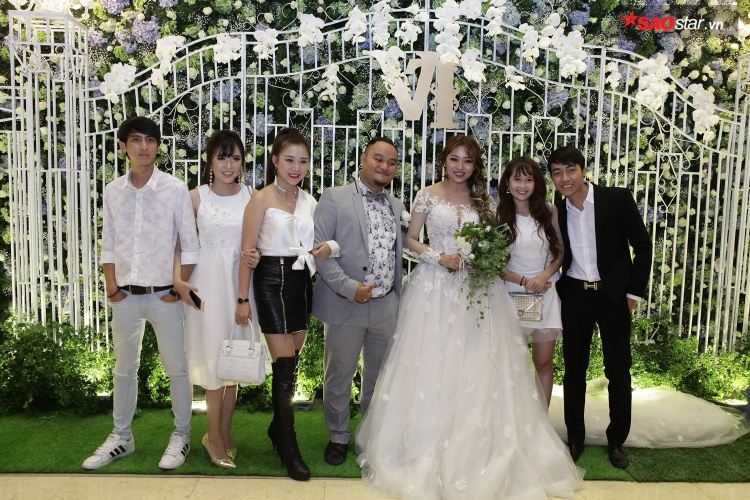 Ngoài ra, đám cưới còn có nhiều nhân vật nổi tiếng đến dự. Trong đó, nóm hài FAPtv không thể thiếu trong ngày vui của chàng nhóm trưởng tài năng.