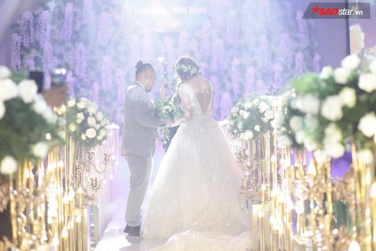 Vinh Râu không giấu nổi xúc động khi nắm tay vợ bước lên lễ đường.