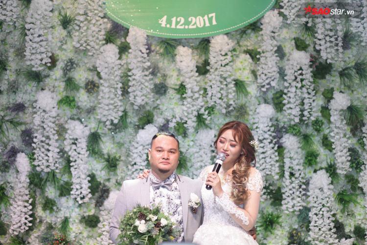 Minh Trang tự sáng tác ca khúc hát tặng chồng ngay trong lễ cưới khiến Vinh Râu bật khóc.