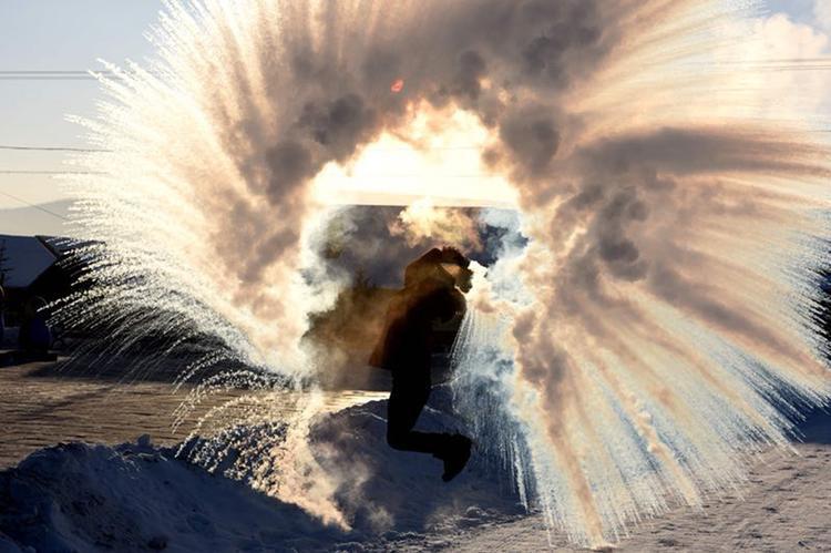 Người dân thích thú hắt nước lên không trung để xem nước kết băng trong tích tắc.