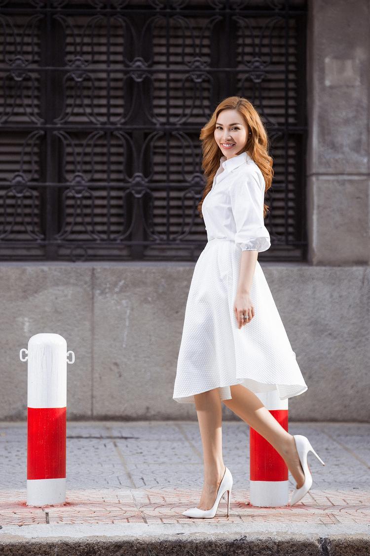 Tuy chưa gặt hái được nhiều thành công trên sàn catwalk nhưng Quỳnh Thư lại ghi dấu trong lòng phái nữ bằng những hình ảnh thời trang mang tính thực tế. Mỗi mùa mốt, chân dài lại mang đến những cách làm đẹp, mặc đẹp hữu ích cho bạn gái.