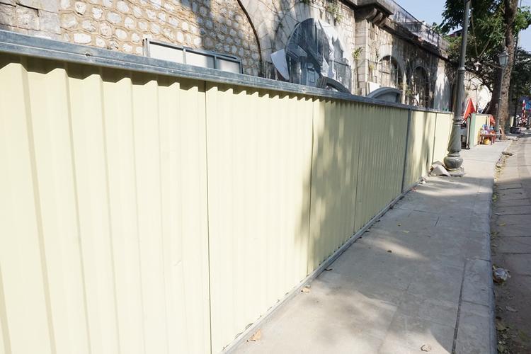 Dọc khu vực này được quây tường tôn, kèo cột phục vụ dự án nằm chờ các bước triển khai tiếp theo.