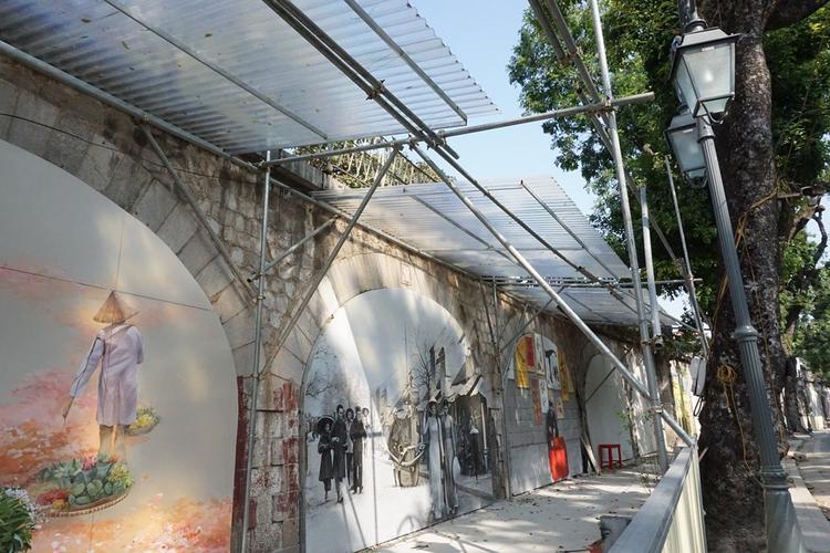 Dự án bích họa trên các ô vòm cầu trên phố Phùng Hưng, Hà Nội bắt đầu được các họa sĩ Hàn Quốc thực hiện hôm 3/11 vừa qua. Dự án bao gồm 19 bức bích họa được thực hiện tại các ô vòm cầu trăm tuổi. Ngay từ những ngày đầu khởi công, dự án đã nhận được sự quan tâm của đông đảo người dân, đặc biệt là những người sinh sống ngay trên con phố này.