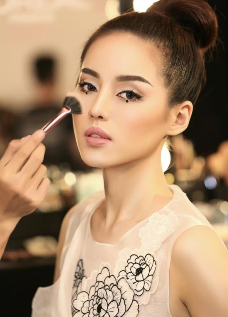 Sở hữu gương mặt xinh đẹp, và ngoại hình cân đối không kém cạnh gì các hot girl đình đám của Hà Thành, Khánh Linh đang là một trong những hot girl mới, được nhiều cư dân mạng quan tâm.