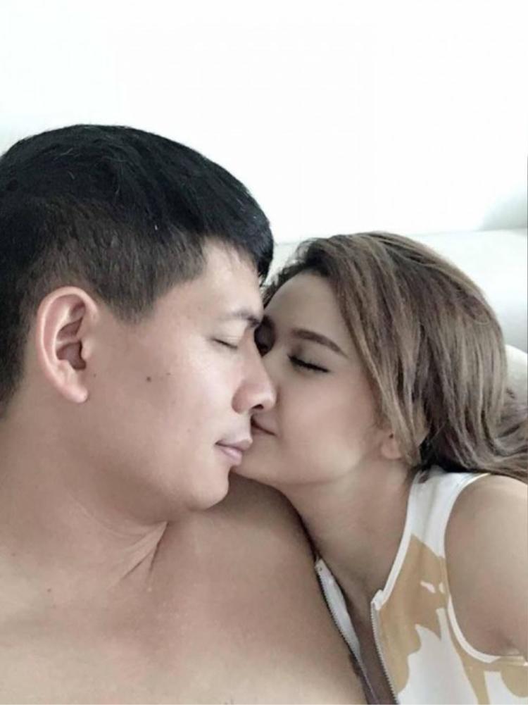Hình ảnh thân mật của Trương Quỳnh Anh - Bình Minh gây xôn xao mạng xã hội.