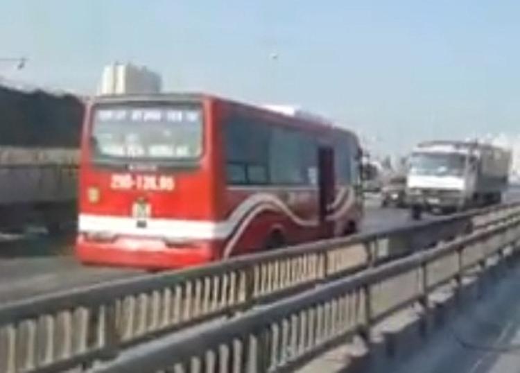 Chiếc xe khách chạy bạt mạng, ngược chiều trên cao tốc.
