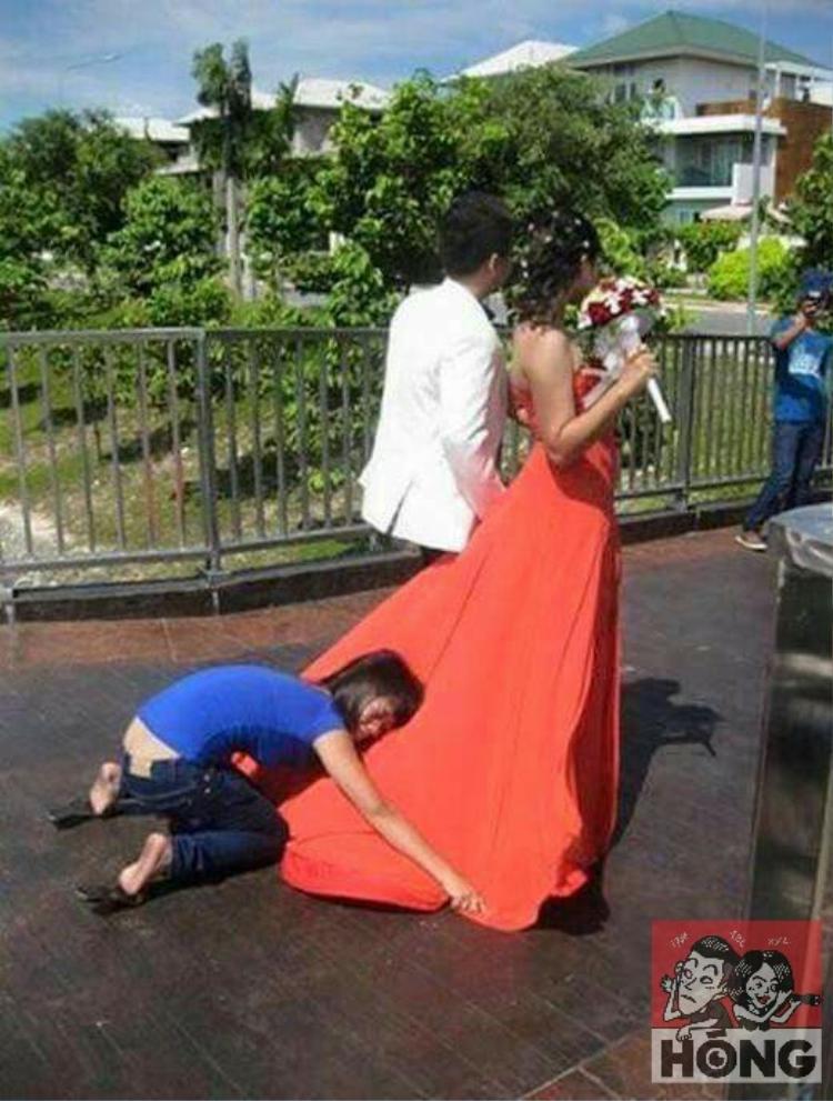 """Tà áo cưới của cô dâu thướt tha trong gió là vì """"người vô hình"""" dang rộng đôi tay níu giữ phía sau chứ chẳng phải tự nhiên gió cứ thổi cho vạt áo tung bay như người ta vẫn nghĩ đâu."""