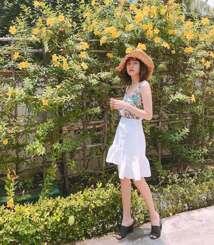 """Vẫn """"bánh bèo"""" nhưng trong bộ đồ này, ít ra Midu cũng đã biết kết hợp màu sắc bắt mắt hơn. Nhìn cô nàng thú vị hơn nhiều so với khi diện những bộ váy ren trơn màu kia."""