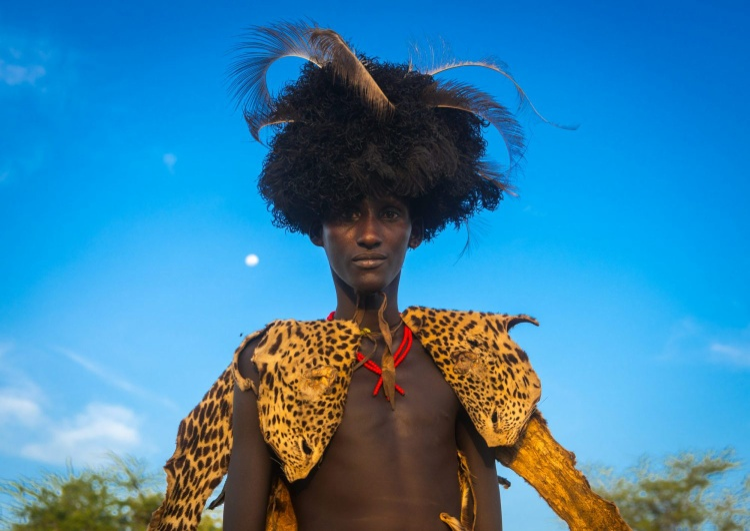 Người đàn ông Dassanech trong lễ dimi để ăn mừng cắt bao qui đầu của thanh thiếu niên.