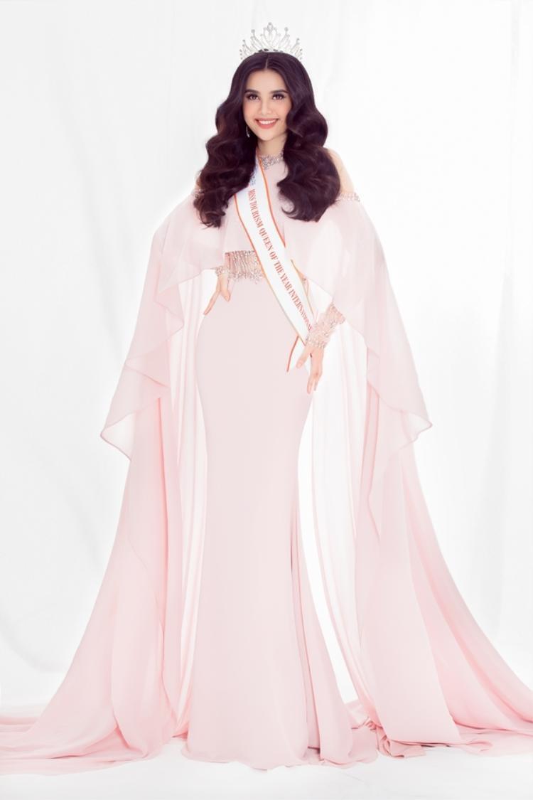 Trong khi đó, á hậu Diệu Thuỳ lại được khen ngợi khi chưng diện kiểu mốt này. Vẻ ngọt ngào, đôn hậu của cô thật sự hoà hợp với trang phục. Trang điểm và kiểu tóc của người mặc cũng hoàn toàn ăn nhập.
