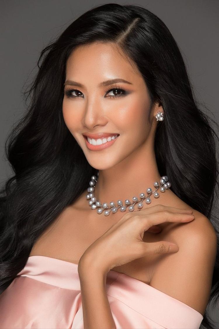 """Cựu HLV The Face Vietnam có cuộc """"lột xác"""" mạnh mẽ khi đến với """"đấu trường"""" Hoa hậu Hoàn vũ Việt Nam năm nay. Cô đang tạm dẫn đầu """"cuộc đua"""" với 34% lượt bình chọn."""