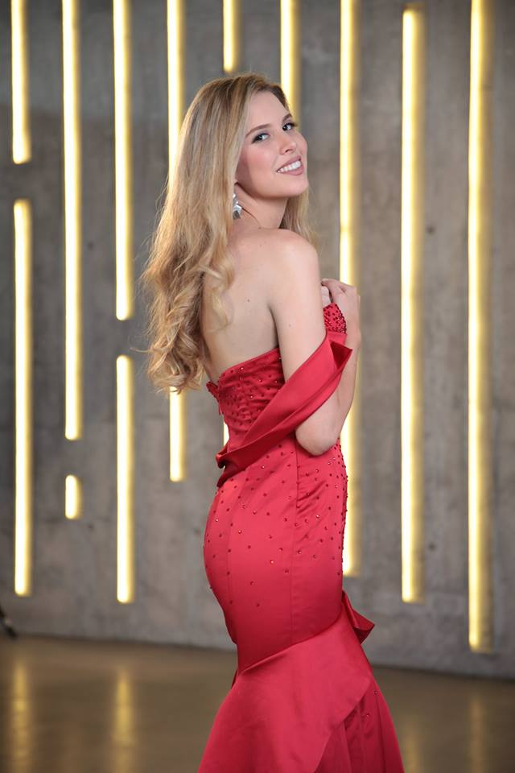 … và đại diện Chile đồng xếp hạng 3 hạng mục người đẹp được báo chí yêu thích nhất và Top 15 người đẹp bikini.