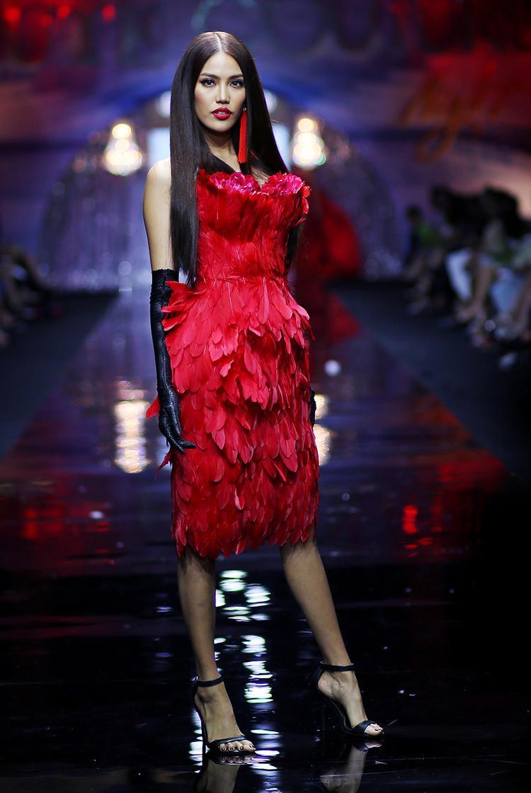Dù lịch làm việc bận rộn, Lan Khuê vẫn nhận lời giữ vị trí mở màn show diễn. Trên đường băng, cô diện bộ đầm kết lông vũ tông màu đỏ bắt mắt. Gương mặt Hoa khôi Áo dài cũng được trang điểm sắc nét, phù hợp trang phục.