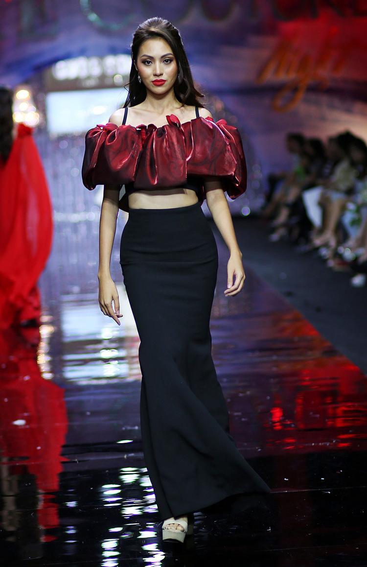 Tham gia show thời trang định kỳ, nhà thiết kế Minh Tú mang lên sàn diễn những bộ cánh tông màu đỏ bắt mắt, phù hợp không khí mùa Giáng sinh.