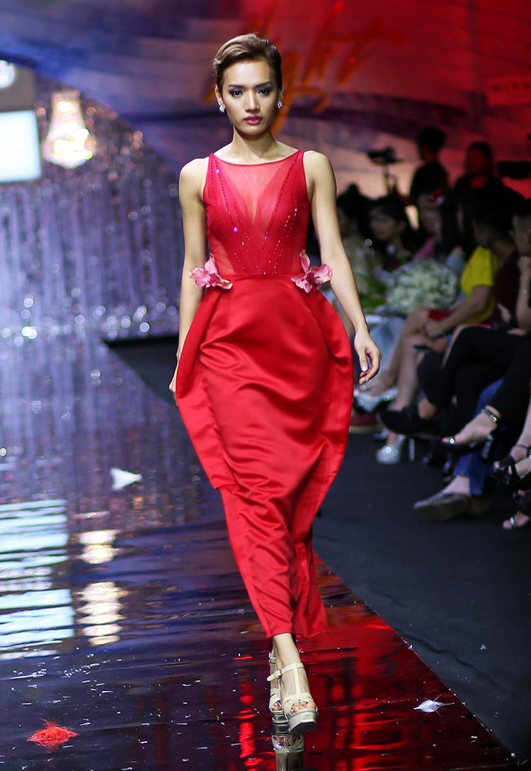 Vốn thân thiết với chủ nhân bộ sưu tập, Cù Ngọc Quí hiếm khi vắng mặt ở các show thời trang của anh. Cô thể hiện bộ cánh tông đỏ, chất liệu xuyên thấu ở thân áo.