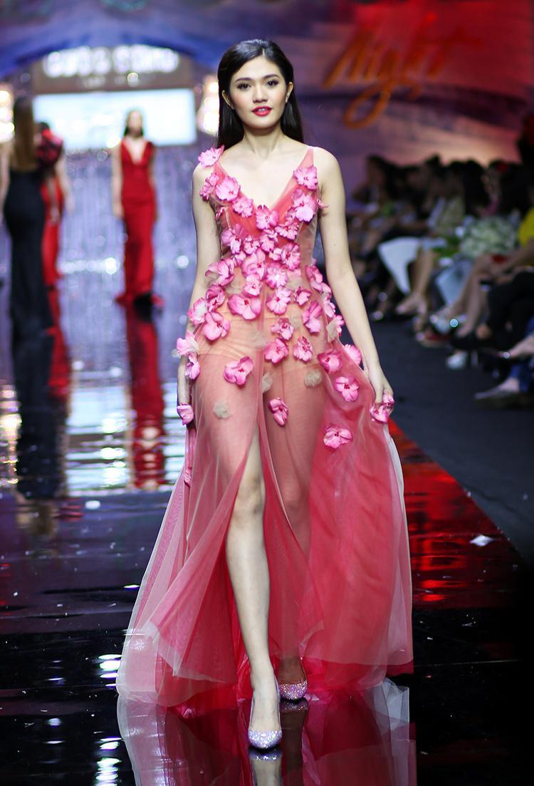 Thiết kế này được kết hoa khá nhiều tạo nét duyên dáng, chất liệu voan ren mềm mại.