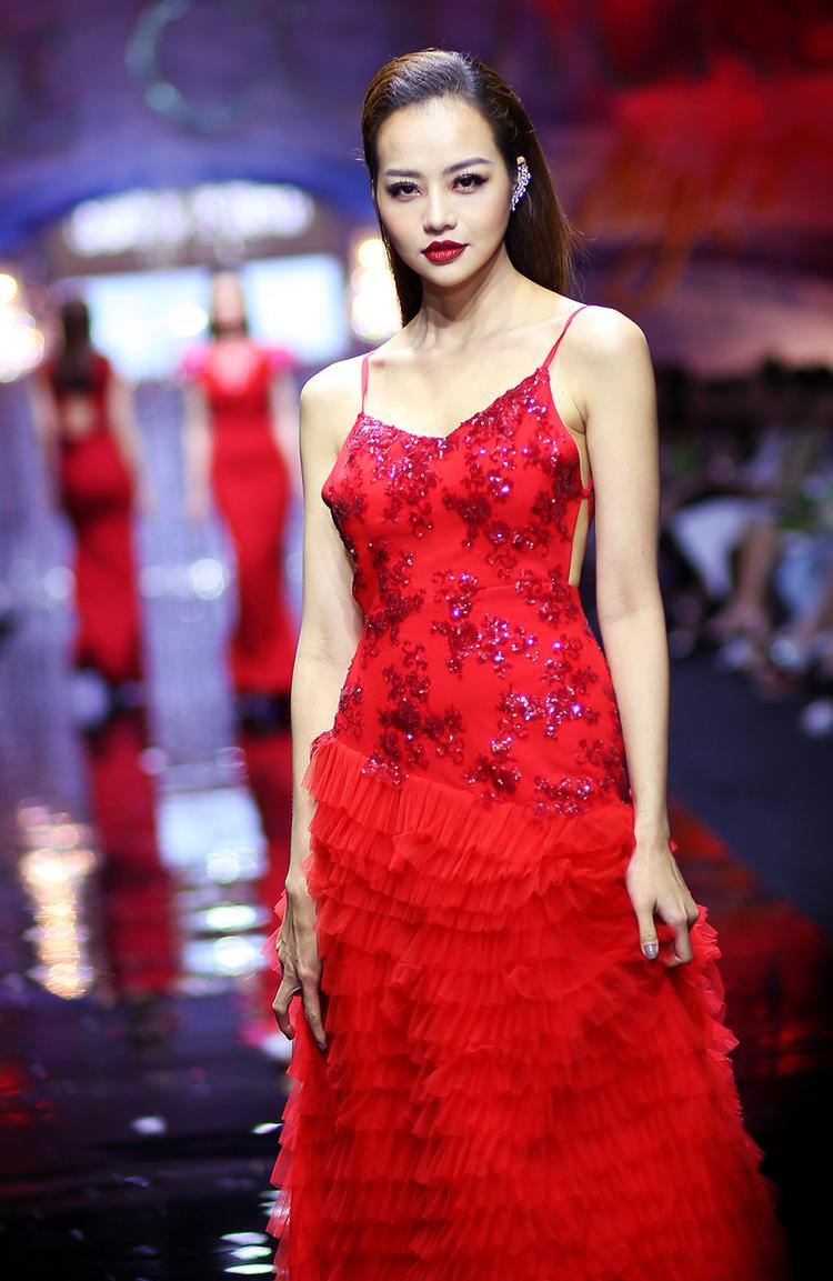 Người mẫu Kiều Ngân trình diễn đầm hai dây, chân váy xếp tầng quyến rũ.