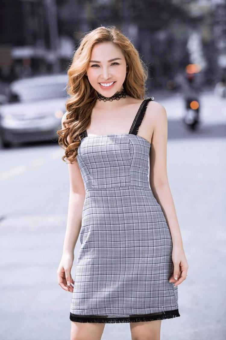 Dù thật sự có can thiệp dao kéo hay không, không thể phủ nhận sắc vóc, gương mặt của nữ diễn viên, người mẫu Quỳnh Thư càng ngày càng quyến rũ.
