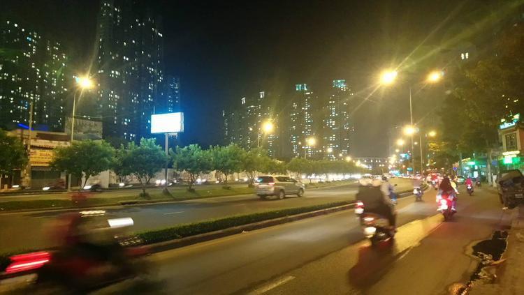 Mặt đường Nguyễn Hữu Cảnh khô ráo, các phương tiện lưu thông bình thường.