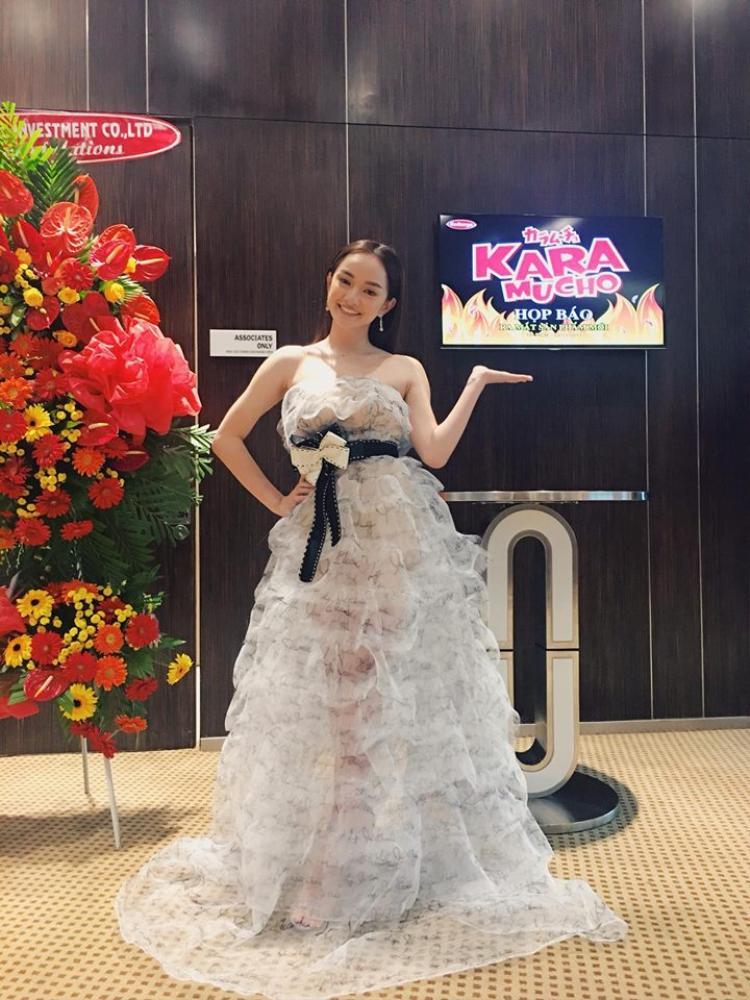 Thêm một thiết kế nữa Lý Quí Khánh được Kaity trọng dụng. Cô nàng diện váy xuyên thấu nhiều tầng nhìn rất hợp tuổi. Chiếc váy có phần nơ thắt trên cao khiến phần chân Kaity dài ra đáng kể.