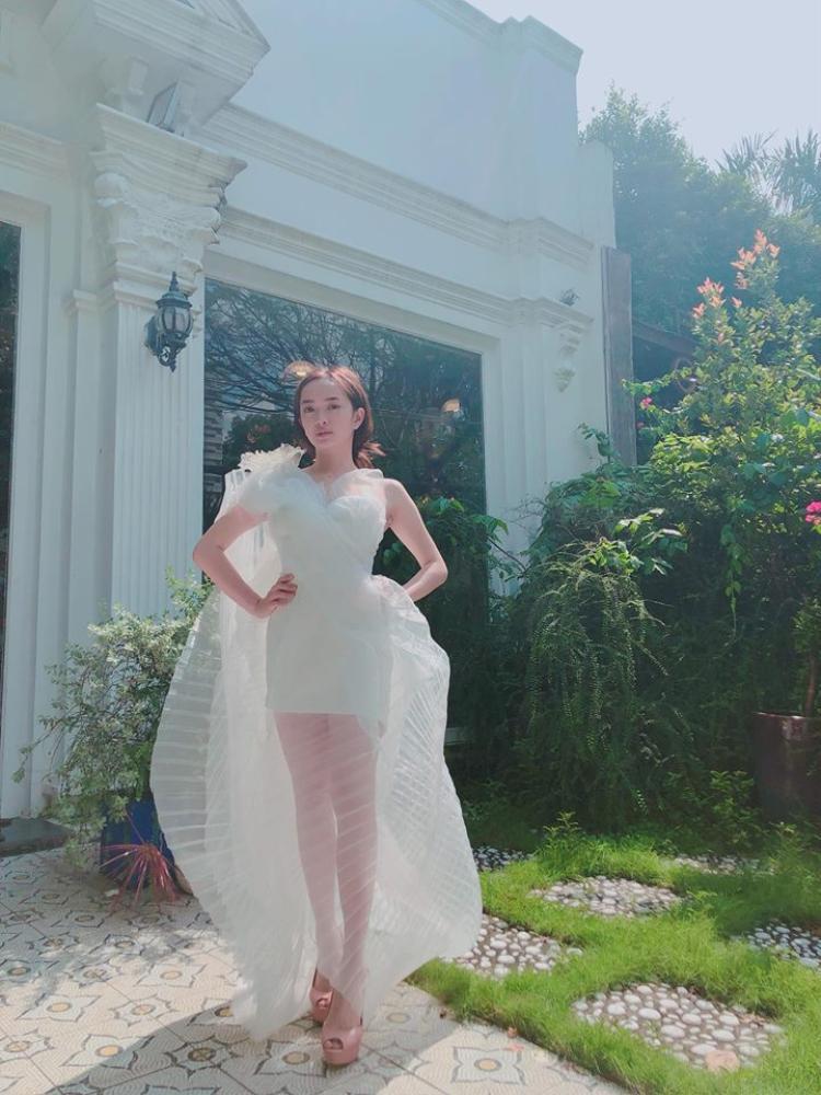 Có vẻ như Lý Quí Khánh rất biết khai thác hình thể của Kaity. Bằng chứng là nhìn Kaity mặc bộ váy này, cô nàng toát lên vẻ kiêu kỳ rất xinh đẹp.