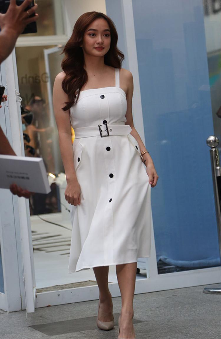 Cũng có lần, Kaity xuất hiện giản dị chỉ với một chiếc váy hai dây trắng.Cô nàng chọn kiểu tóc xoăn nhẹ, rất hiếm khi búi lên để tránh tăng thêm tuổi cho gương mặt.