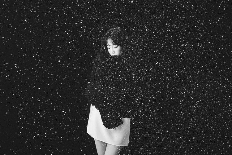Hình ảnh trong gam màu đen trắng bí ẩn.